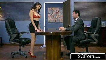 Porno brasileiro com uma chefe perfeita conquistando estagiario