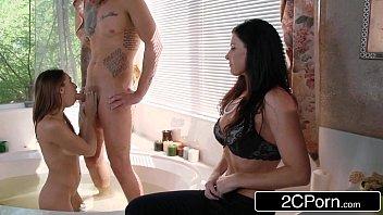Xnxxx porno com gostosas se chupando em banheira particular
