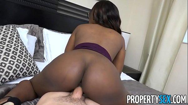 Mulher negra rabuda chupando e fodendo